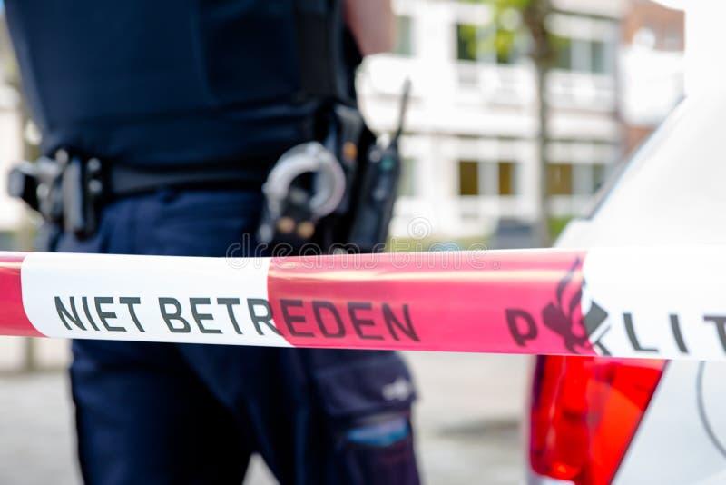 Niederländischer Polizist hinter Plastikband stockfoto