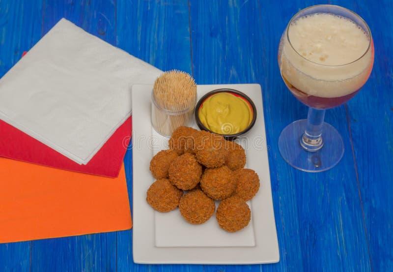 Niederländischer Snack bitterballen mit Bier lizenzfreie stockfotos
