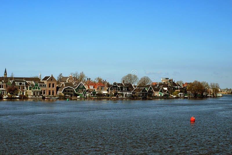 Niederländisches Dorf durch Wasser stockbilder