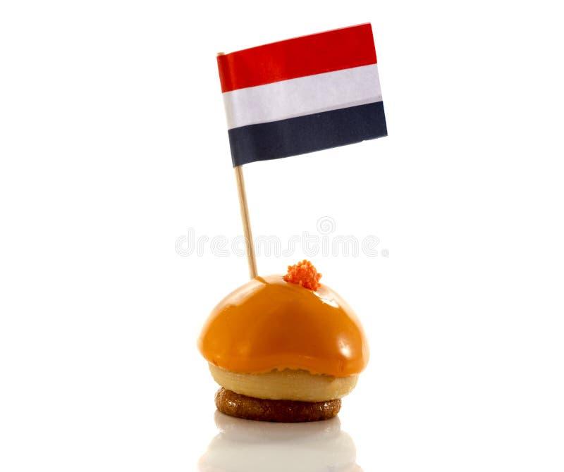 Niederländisches orange Gebäck mit Flagge stockbilder