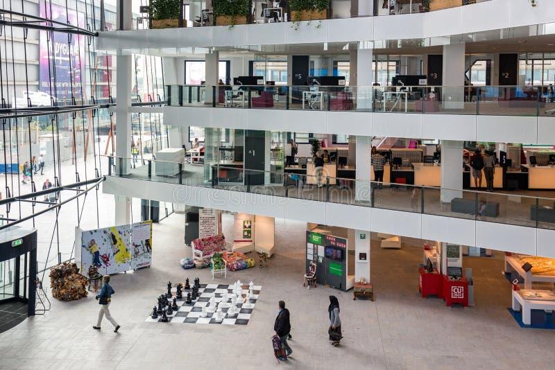 Niederländisches Rathaus des Atriums Utrecht mit den Leuten, die das Gebäude besuchen lizenzfreie stockfotografie