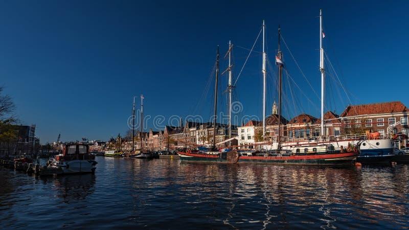 Niederlande - Große Boote im Kanal in Haarlem lizenzfreies stockbild