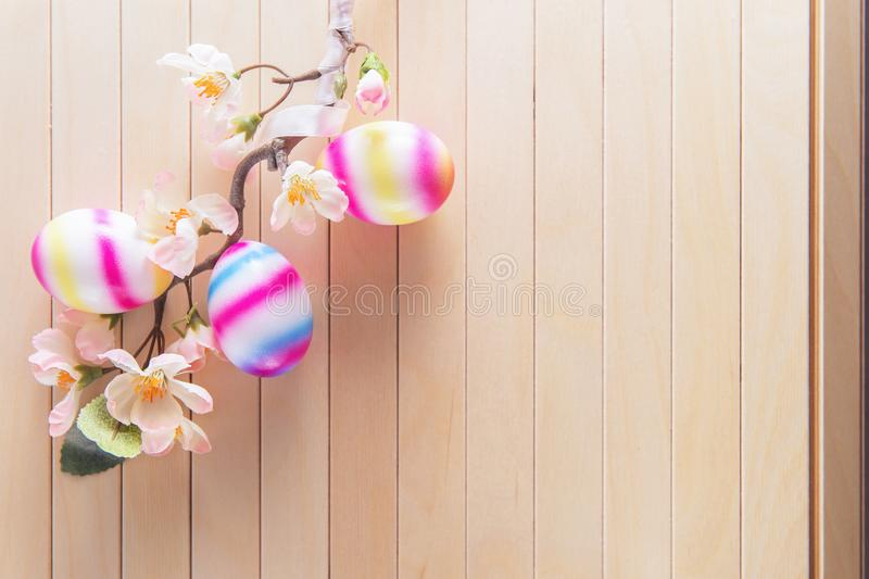 Niederlassung mit Frühlingsblumen und hellen Eiern stockbild