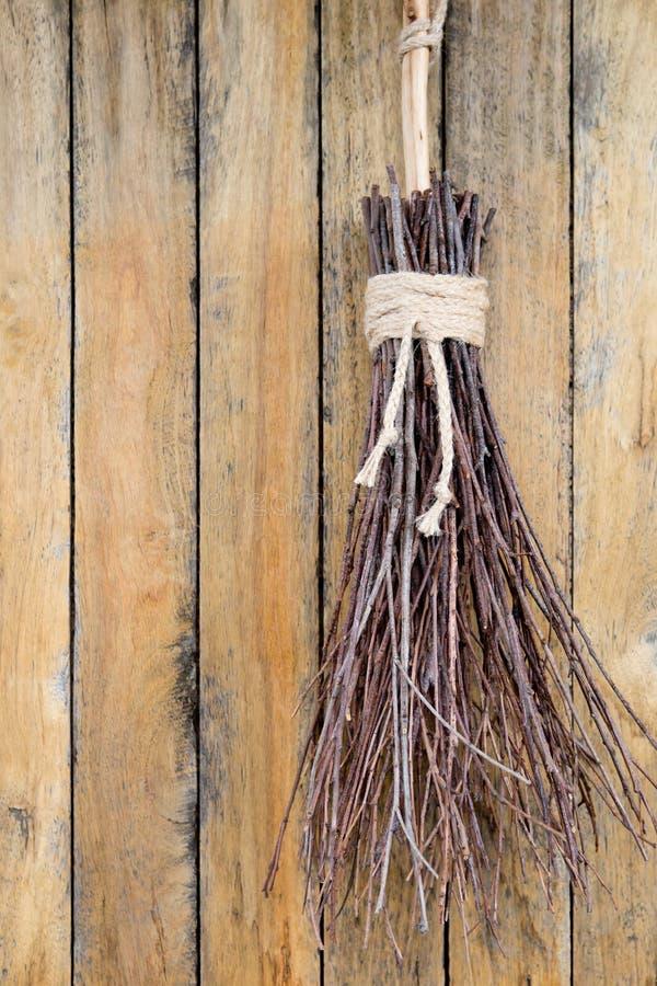 Niederlassungs-Besen-Hexen kehren - Hexereiwerkzeuge von rustikalem natürlichem lizenzfreies stockbild