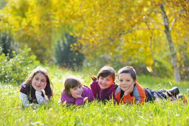 Niederlegung der kleinen Jungen und der Mädchen stockbilder