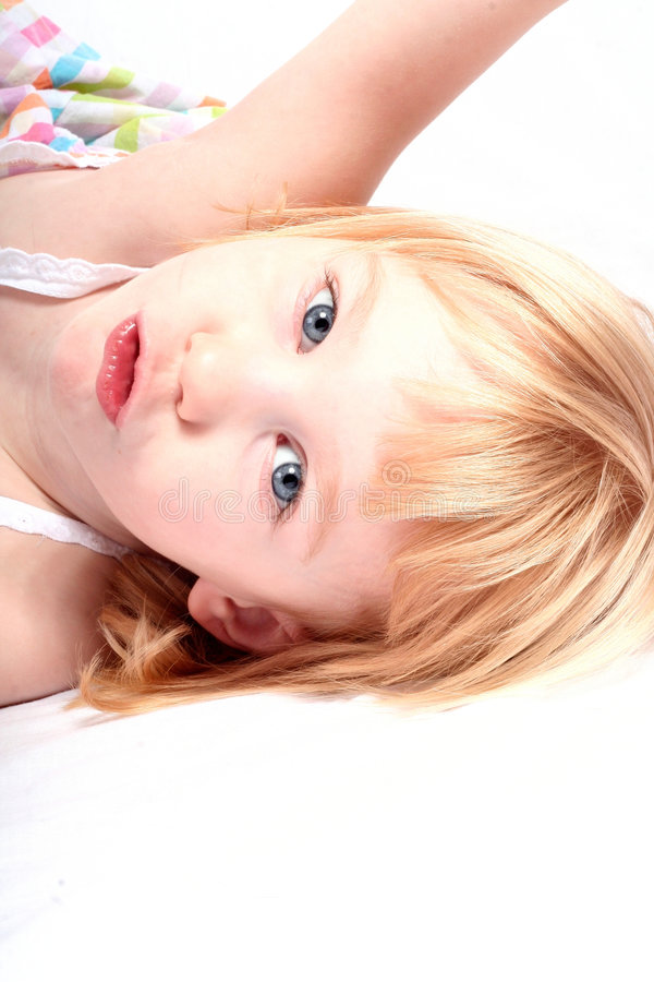 Niederlegung des kleinen Mädchens lizenzfreie stockfotos