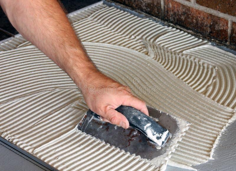 Niederlegung eines neuen Fußbodens lizenzfreies stockbild
