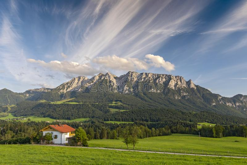Niederndorferberg ist ein kleines Dorf mit Blick auf Niederndorf und bietet spektakuläre Ausblicke auf die umliegende Bergwelt, d lizenzfreie stockbilder