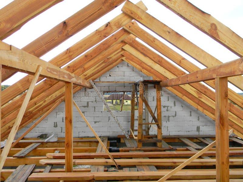 Niedokończeni attyka domu dekarstwa budowy trusses, drewniani promienie, okapy, szalunek Domowa dachowa drewnianej ramy budowa zdjęcie royalty free