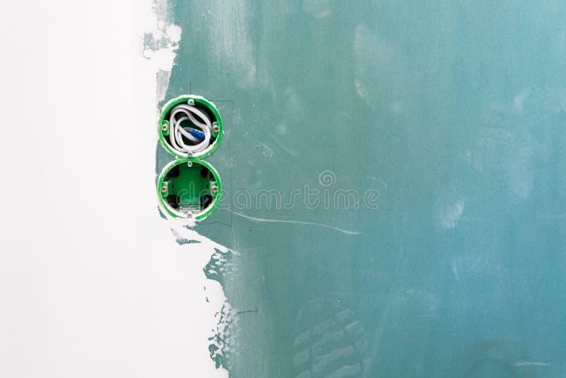 Niedokończona dwoista elektryczna magistrali ujścia nasadka z elektrycznymi drutami instalującymi w plasterboard lub drywall dla  obrazy royalty free