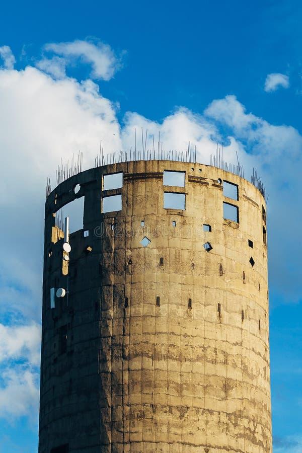 Niedokończona przemysłowa winda Round betonu wierza z sterczenie kawałkami wzmacnienie obraz royalty free