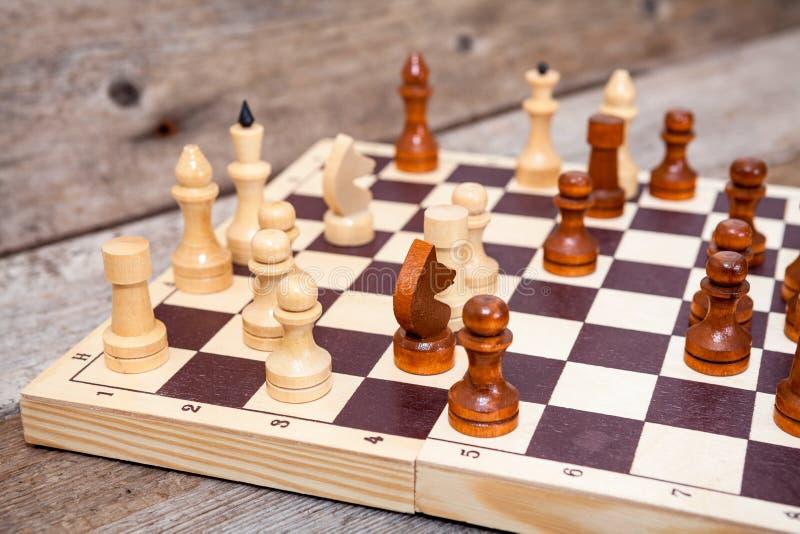 Niedokończona szachowa gra na drewnianej desce zdjęcie stock