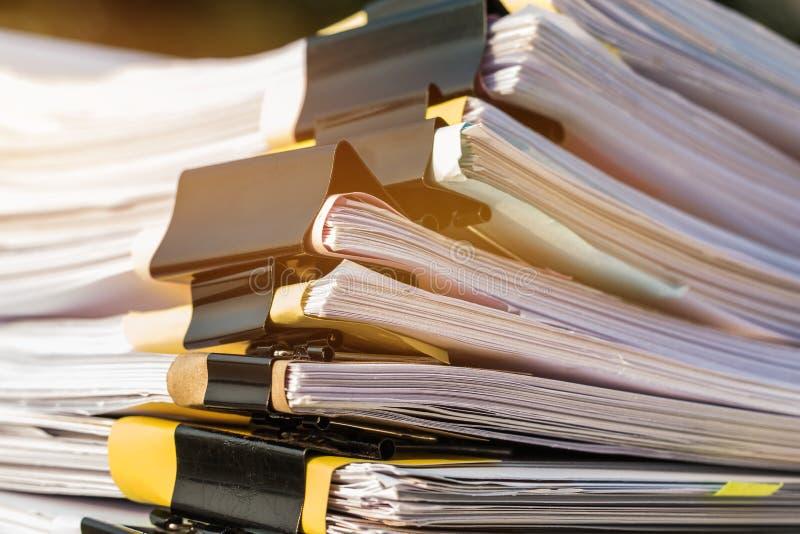 Niedokończone dokument sterty papierowi segregatory na biurowym biurku dla raportowych papierów, stosy unfinish prześcieradło dok obrazy royalty free