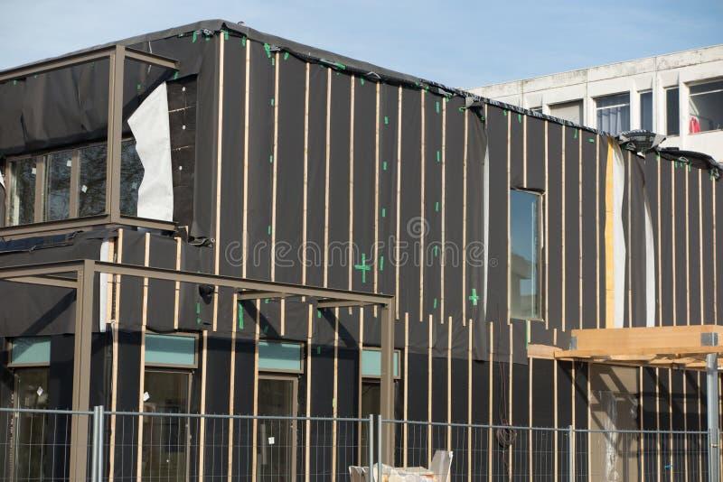 Niedokończonego budynku zewnętrzne ściany zakrywać z wełną zdjęcie royalty free
