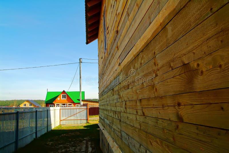 Niedokończony drewniany dom w ogrodowym terenie obraz stock