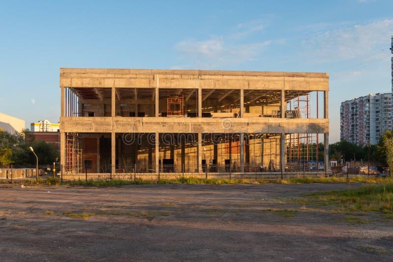 Niedokończony opuszczony budynek w promieniach zachodzącego słońca obrazy royalty free