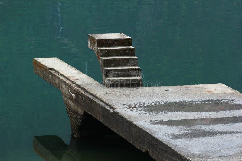 Niedokończony staicase nad wodą zdjęcia stock