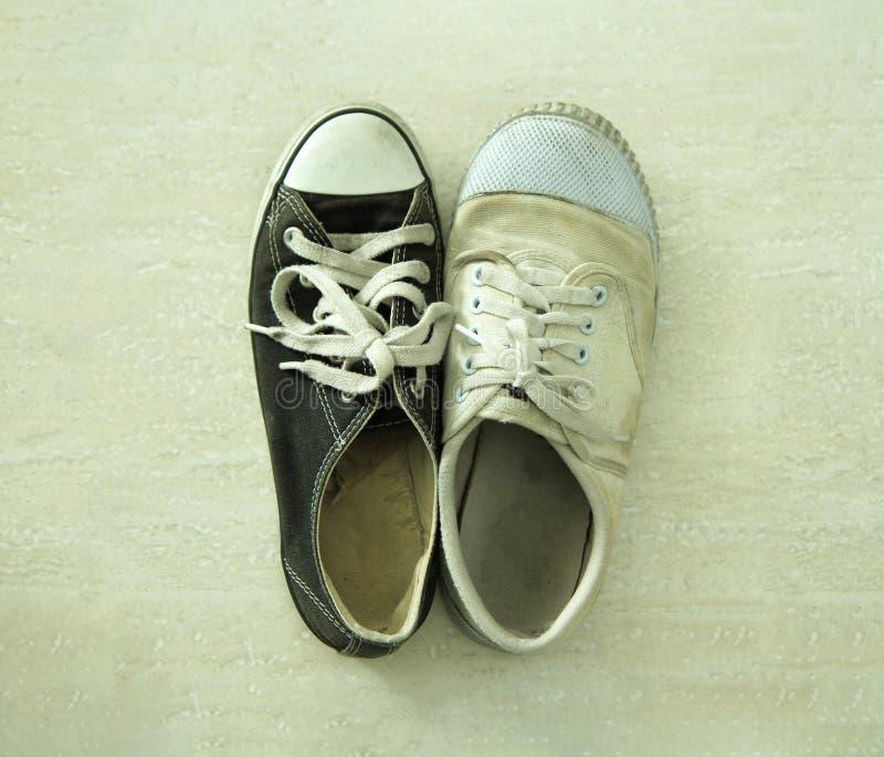 Niedopasowani czarny i biały sneakers zdjęcie royalty free