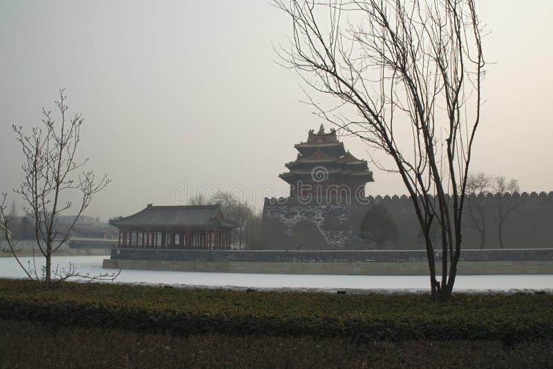 Niedozwolona miasto fosa, wieża obserwacyjna z zanieczyszczającym niebem i zdjęcia stock