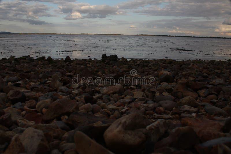 Niedrig am Strand lizenzfreies stockfoto