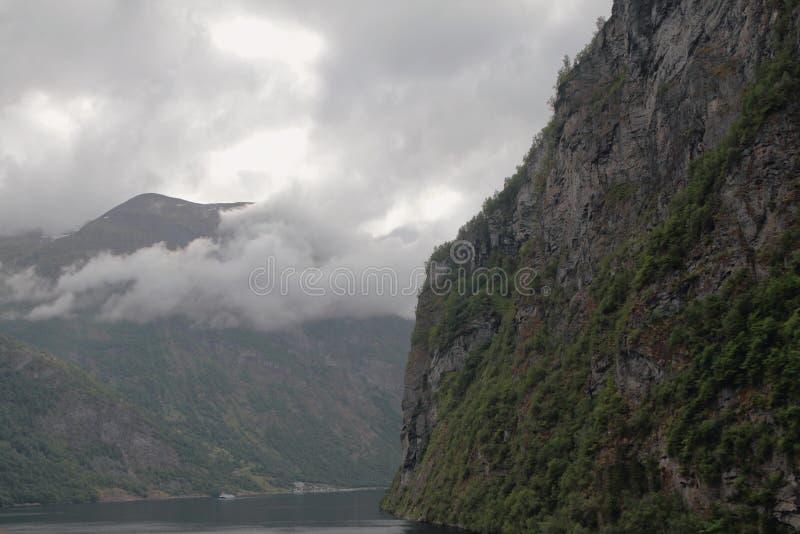 Niedrige Überwendlingsnaht über Abhängen Geirangerfjord, Stranda, Norwegen lizenzfreie stockfotos