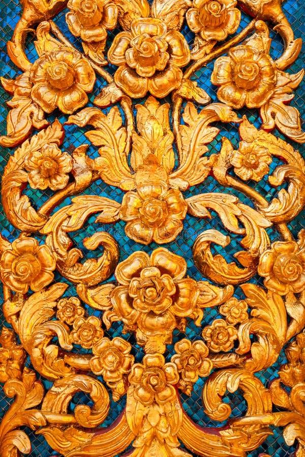 Niedrige Entlastung der thailändischen Muster-Art auf der Wand lizenzfreie stockfotos