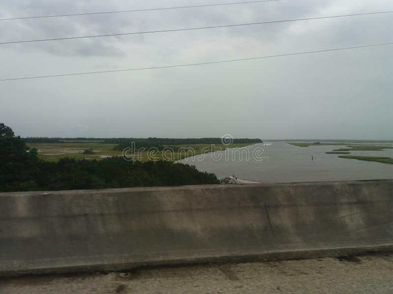 Niedrige Gezeiten im Fluss lizenzfreies stockbild