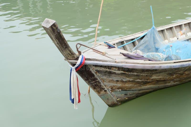 Niedrige Gezeiten und hölzernes motorisiertes Boot lizenzfreie stockfotos