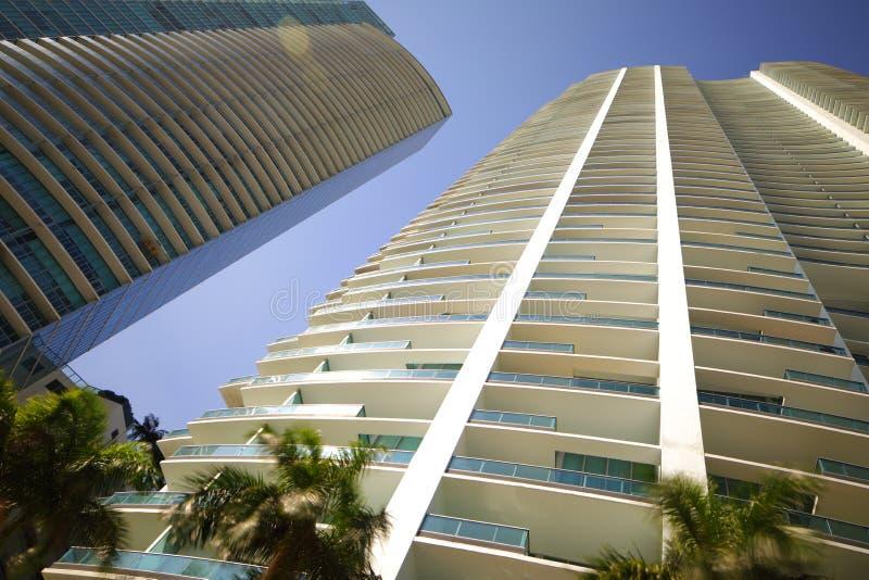 Niedrige Grundwinkelsicht von Highrisegebäuden auf blauem Himmel lizenzfreie stockfotos