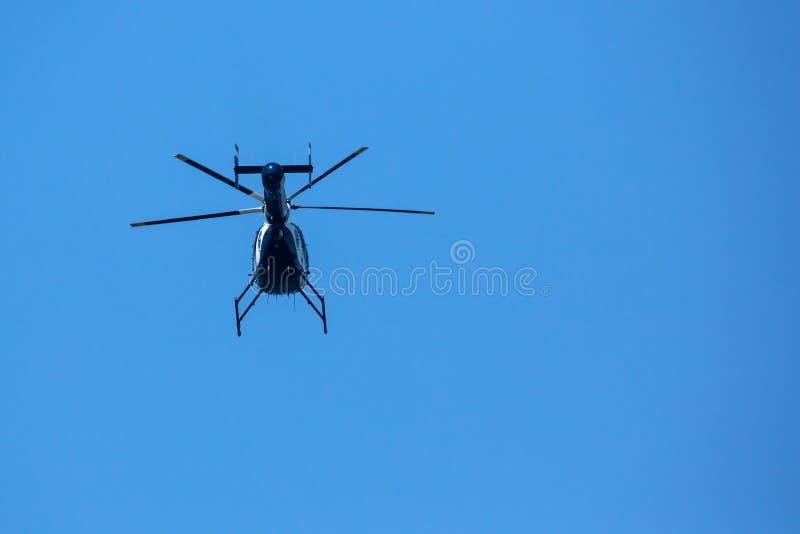 Niedrige POV-Ansicht der Unterseite des Hubschraubers im Himmel stockfotos