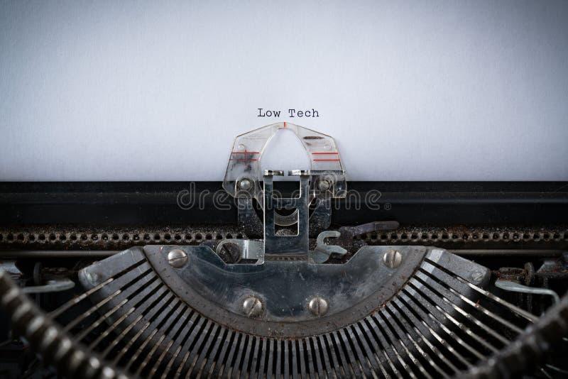 Niedrige Technologie geschrieben auf Schreibmaschine stockbild