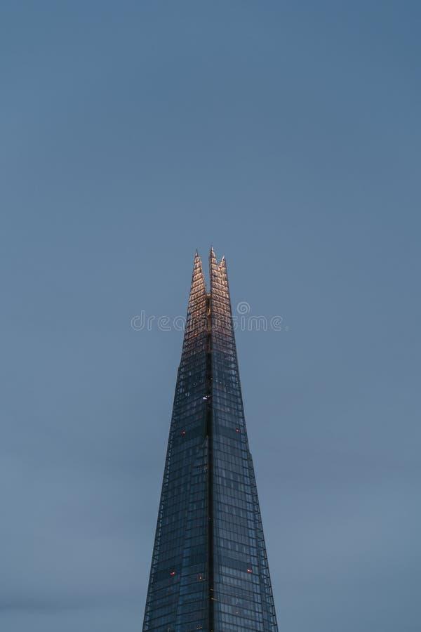 Niedrige Winkelsicht der Spitze der Scherbe gegen den Himmel, Spitzenbelichtet, während der blauen Stunde, London, Großbritannien lizenzfreies stockfoto