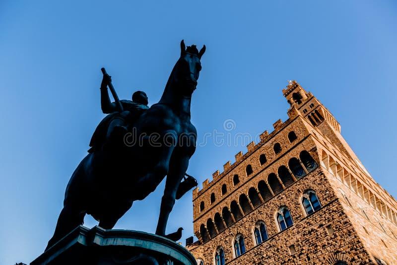 niedrige Winkelsicht der Statue von Cosimo I de Medici lizenzfreie stockfotos