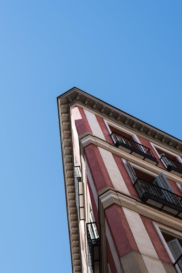 Niedrige Winkelsicht des Altbaus in der historischen Mitte von Madrid stockfoto