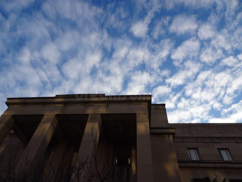 Niedrige Winkelsicht des Gerichtes in Amerika& x27; s-Kapitol bei Sonnenaufgang lizenzfreie stockfotos