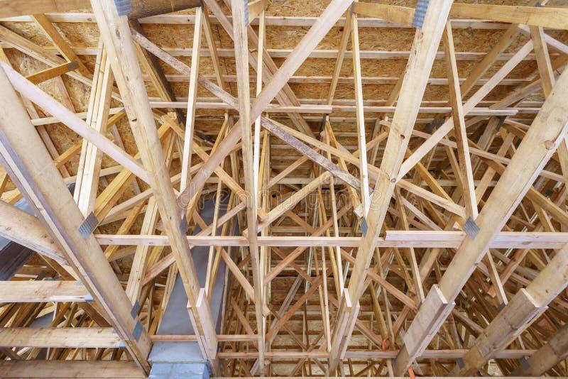 Niedrige Winkelsicht des neuen Hauses im Bau lizenzfreie stockfotografie