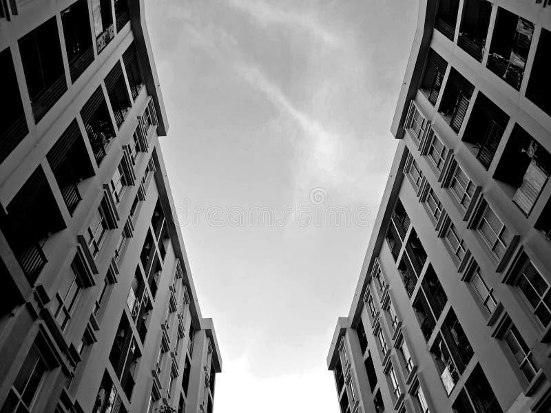 Niedrige Winkelsicht des Wohngebäudekondominiums oder -wohnung lizenzfreies stockbild