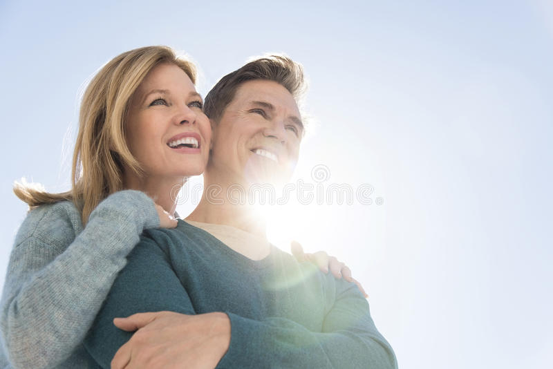 Niedrige Winkelsicht von Paaren gegen klaren Himmel lizenzfreies stockbild