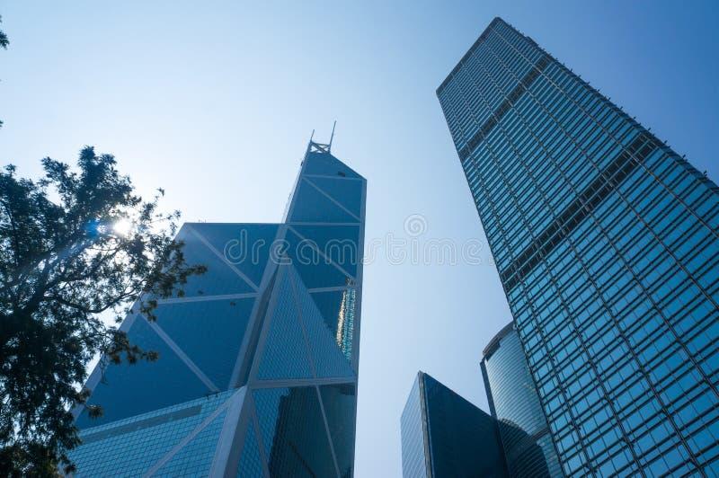 Niedrige Winkelsicht von Wolkenkratzern in Hong Kong, getontes Bild des modernen Bürogebäudes stockbild