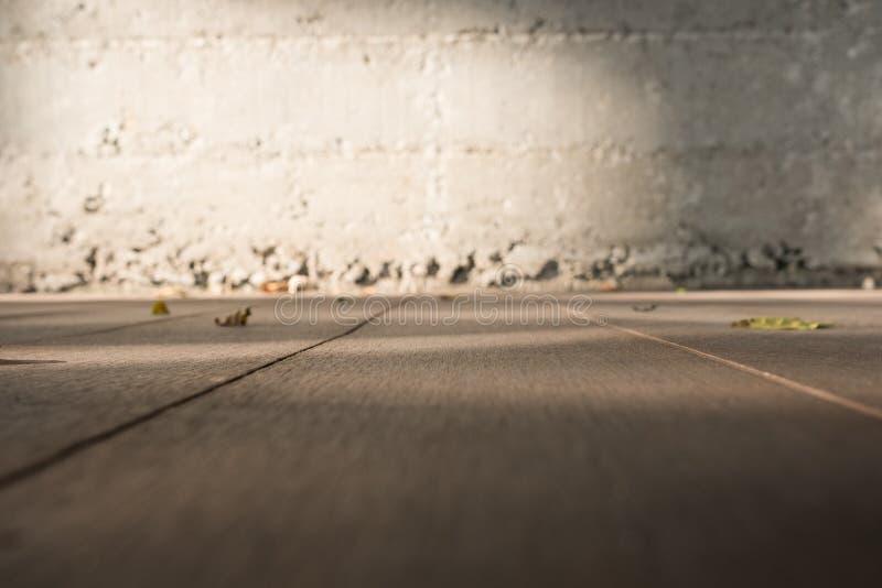 Niedrige Winkelsichtperspektive des Bretterbodens zu Unschärfeschmutz concre stockfoto