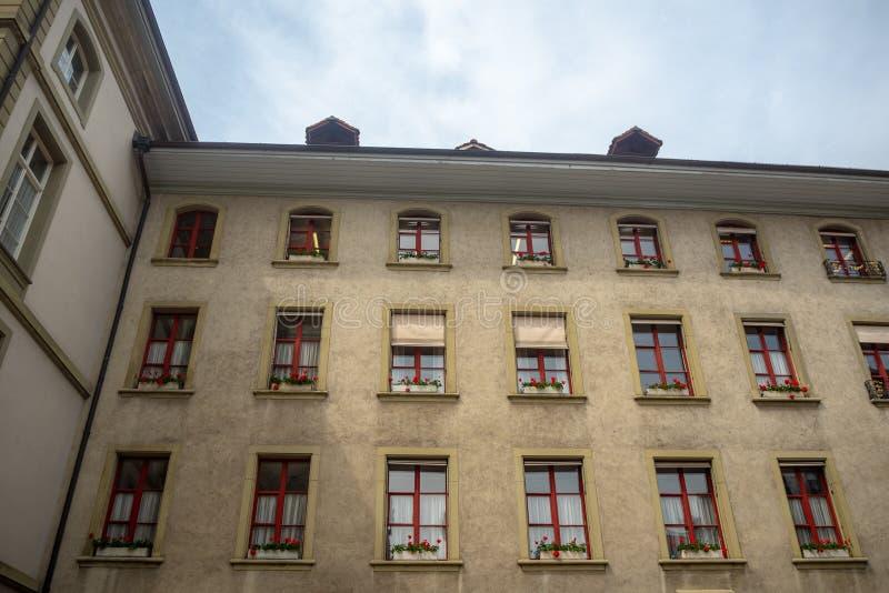 Niedriger Winkel der schönen Wand des Wohngebäudes in Bern mit bewölktem blauem Himmel lizenzfreie stockfotos
