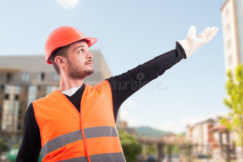 Niedriger Winkel des Bauarbeiters etwas zeigend lizenzfreies stockfoto