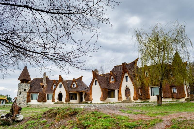 Niedriger Winkel des Feen-Tal-Lehm-Schlosses, gestaltet durch Baumaste und stürmische Wolken stockbild