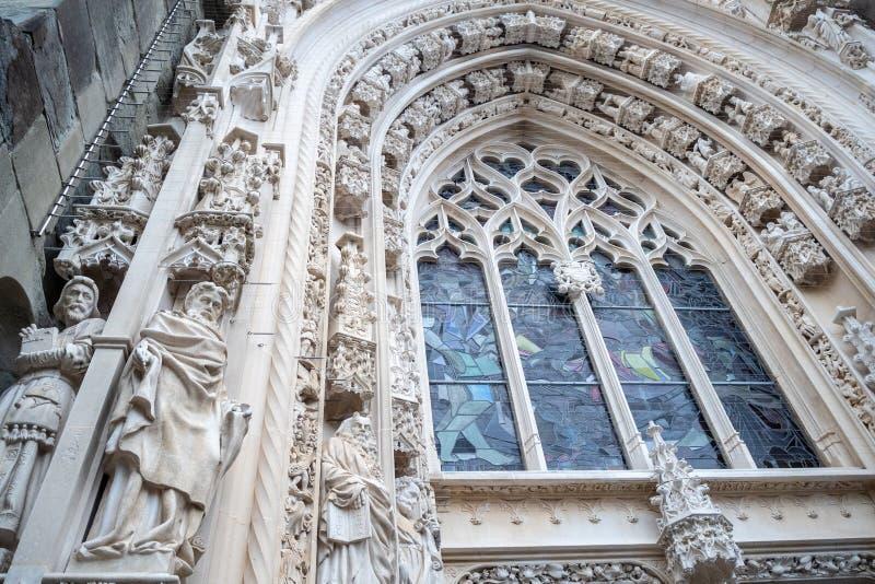 Niedriger Winkel des schönen Skulptur- und Mosaikfensters am Eingang von Laussane-Kathedrale stockbild