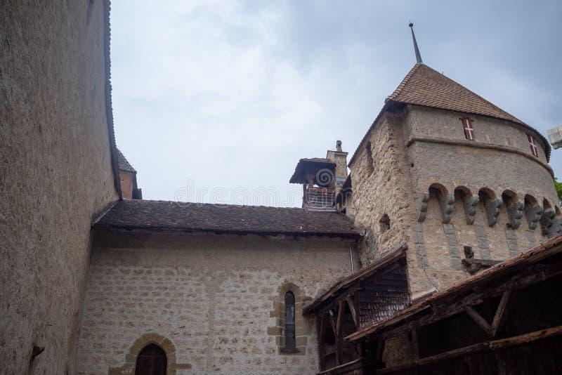 Niedriger Winkel des schönen Turms in chateau de Chillon, Schloss in Montreux die Schweiz, auf Hintergrund des bewölkten Himmels stockfotos