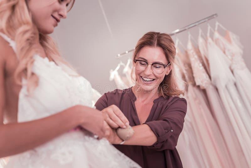 Niedriger Winkel eines netten positiven Heiratsdesigners lizenzfreies stockbild