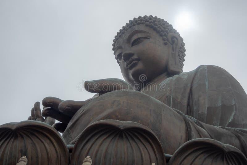 Niedriger Winkel von Tian bräunen den großen Buddha in Hong Kong auf Wolkenhimmelhintergrund stockfotografie