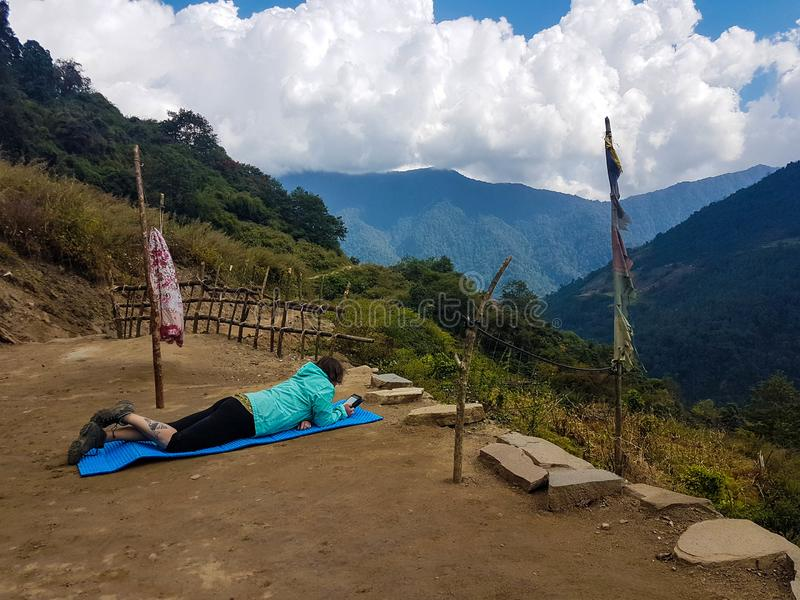 Niedriges Lager Annapurna, das Wanderung, Himalaja, Nepal wandert November 2018 Ein Wanderer, der aus den Grund nach dem langen h stockfotografie