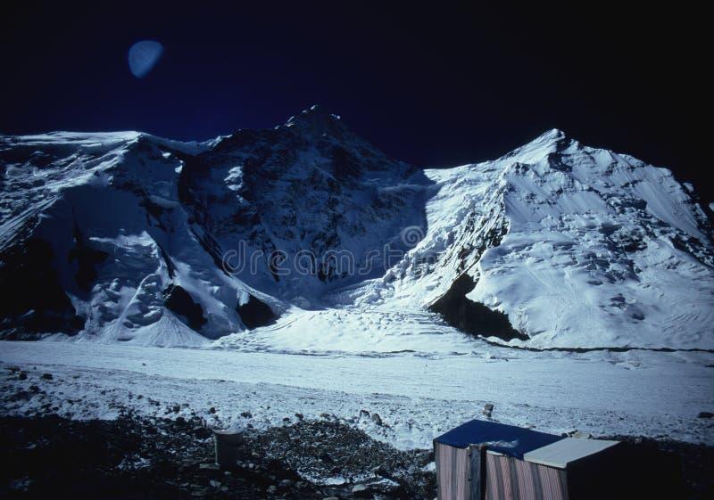 Niedriges Lager von Khan Tengri - Tien Shan lizenzfreie stockfotografie