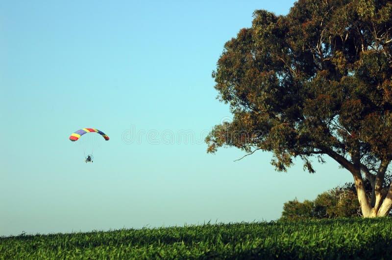 Niedriges Skydiving mit Bewegungsfallschirm stockbild